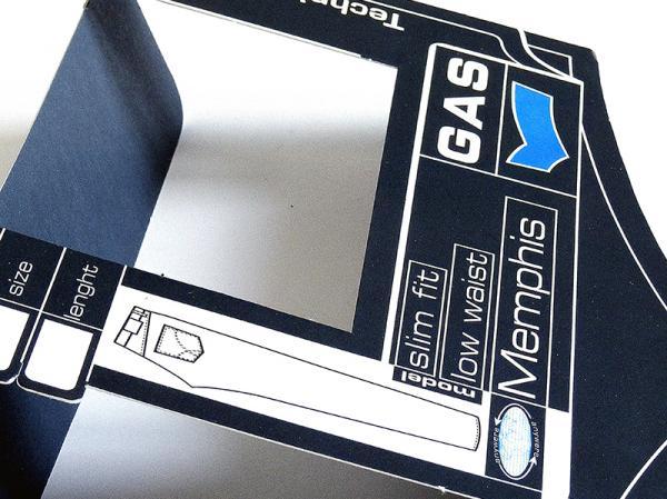 Cartoncino copritasca jeans di Gas, fustella sagomata, stampa lucida a rilievo