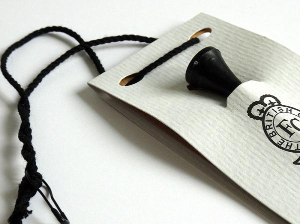 Cartellino per abbigliamento da golf con inserimento di un gadget creato ad hoc